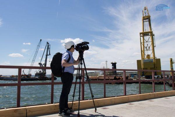 Иностранные журналисты, недавно посетившие место возведения моста, были поражены объемом и темпами работ