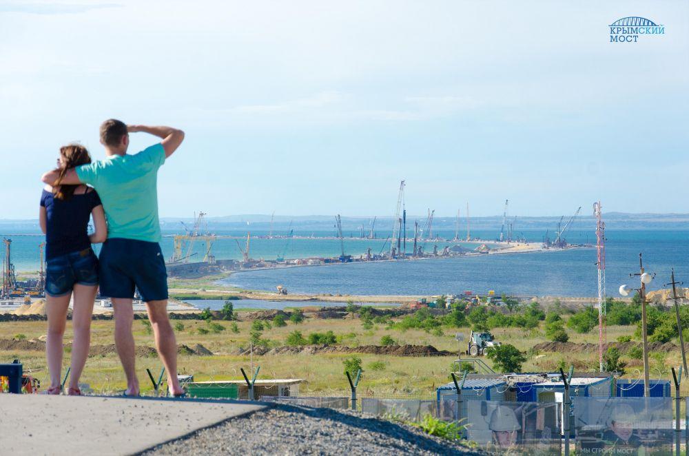 Еще не построенный Крымский мост уже стал экскурсионным объектом. Посмотреть на него приезжают туристы со всех регионов РФ. В Керчи уже готовят смотровые площадки