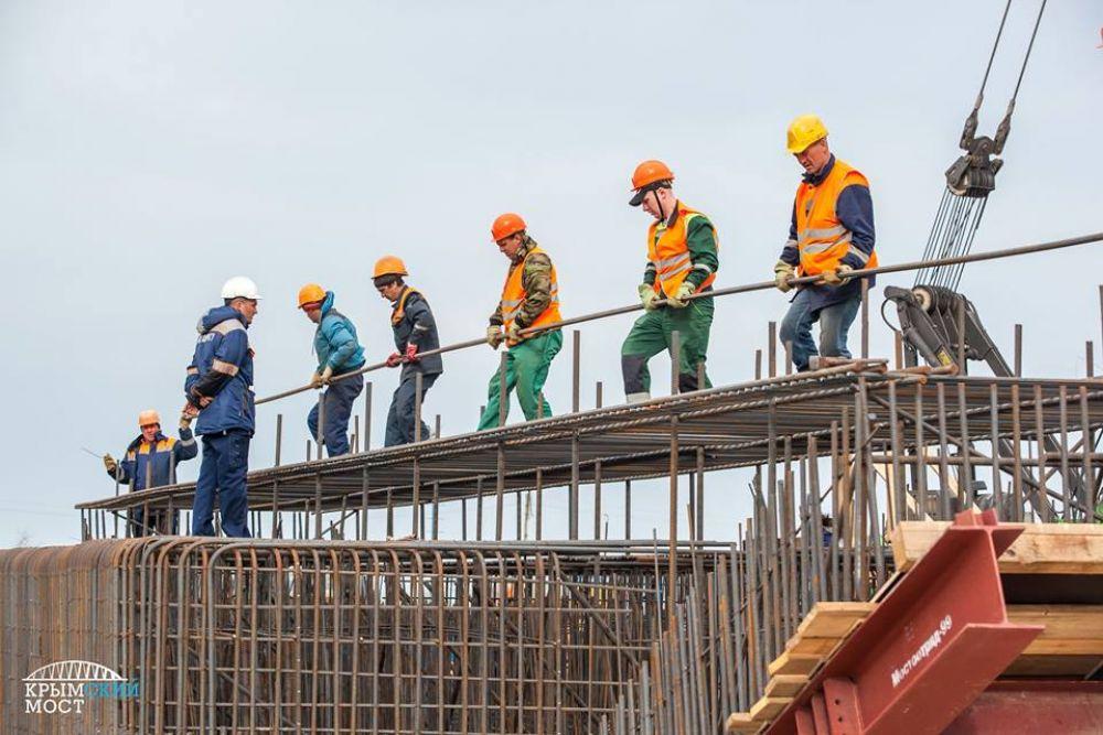Ежедневно на стройплощадках задействовано 220 единиц техники и более 2,5 тыс. рабочих.