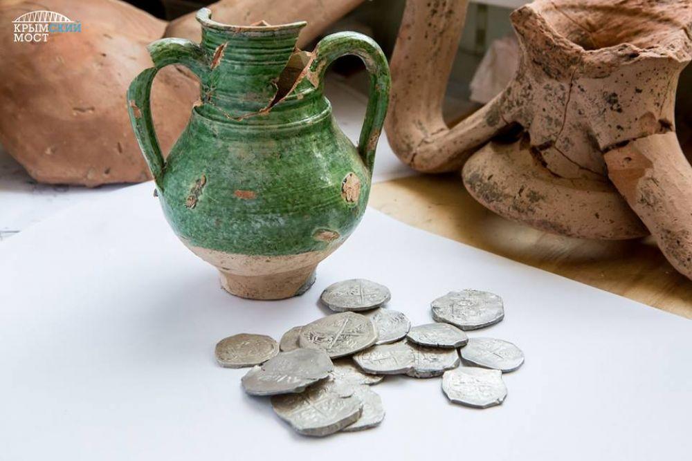 Археологи во время полевых работ на территории, по которой пройдет автодорога-подход к Керченскому мосту, обнаружили клад серебряных монет.