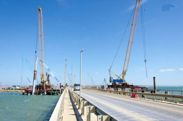 В зависимости, какой мост строят, сваи вбиваются по-разному: прямо или под наклоном. Сами сваи также отличаются