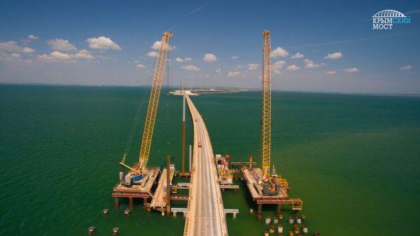 Справа от рабочего моста строится часть для автомобилей, слева – для поездов