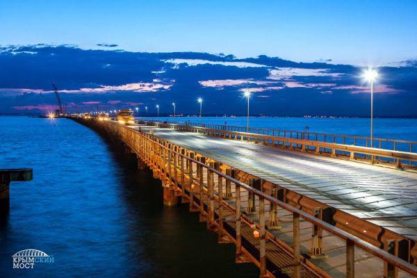 Для этого в Керченском проливе построили три временных моста: от Тамани до Тузлы, от Тузлы до места, где начинается судоходный канал, и такой же, но уже со стороны крымского берега.