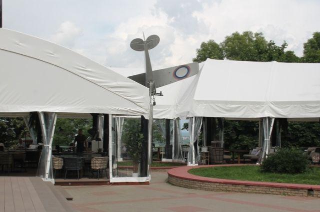 Власти Нижнего считают, что памятник ради временного кафе можно даже перенести.