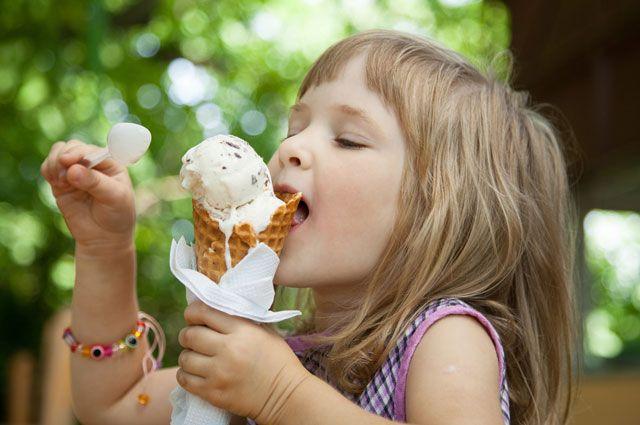 Перед вкусом натурального мороженого особенно не могут устоять дети.