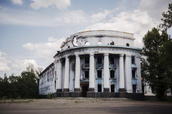Здание завода, разрушенное в результате обстрела.