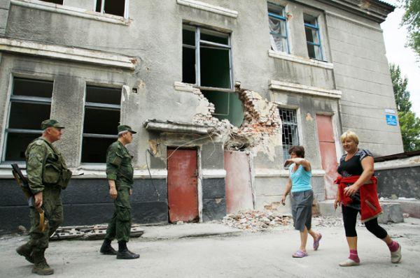 В отчете организации говорится, что за прошедший месяц в Донбассе погибли 12 мирных жителей и 57 получили ранения.