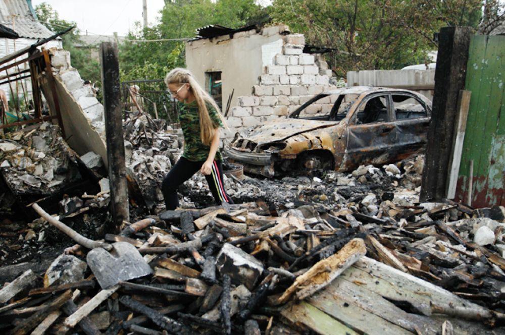 Местная жительница в доме, разрушенном в результате обстрела.