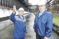 Семён Прохоренко, генеральный директор предприятия (справа), и Алексей Сизов, начальник коксового цеха, обсуждают производственные вопросы.