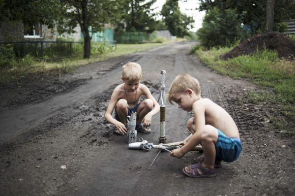 Дети играют боеприпасами в Горловке.
