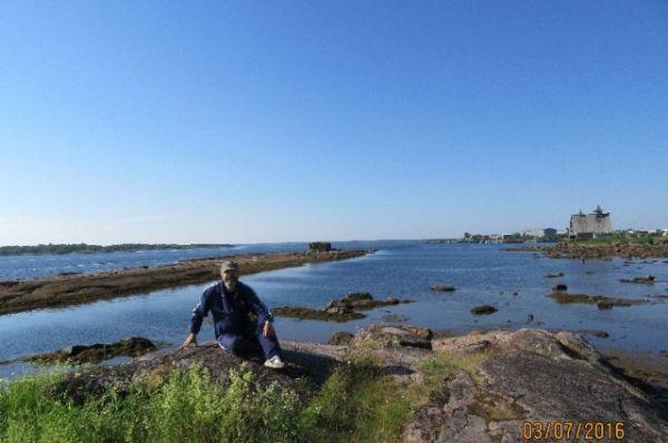 Справа остаток декораций к фильму «Остров». За спиной пролив между островами Попов и Якостров.