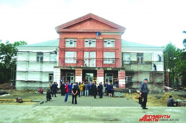 Депутаты надеются, что к юбилею города благоустройство территории у ДК в старом Кировске будет завершено.