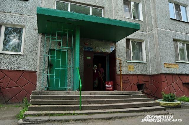 Безбарьерным городом Омск не назовёшь - из таких подъездов инвалиды сами не выйдут. Да и тактильная плитка особой популярностью не пользуется...