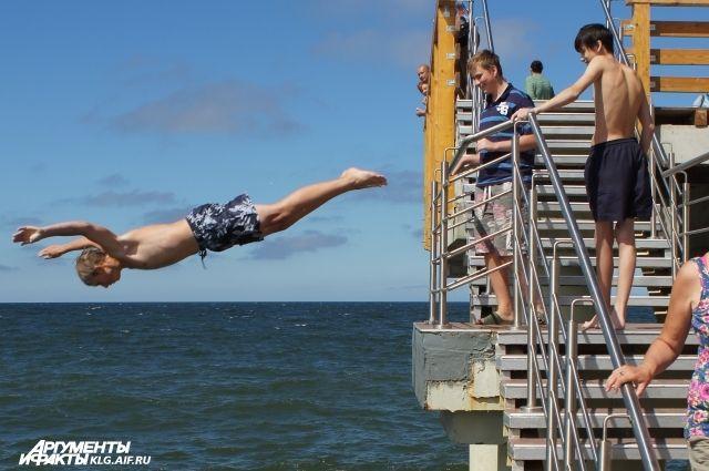 Власти Зеленоградска запретили купающимся прыгать с пирса.
