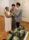 Чиновники минкульта возле «Женщина с зеркальцем» колумбийца Фернандо Ботера