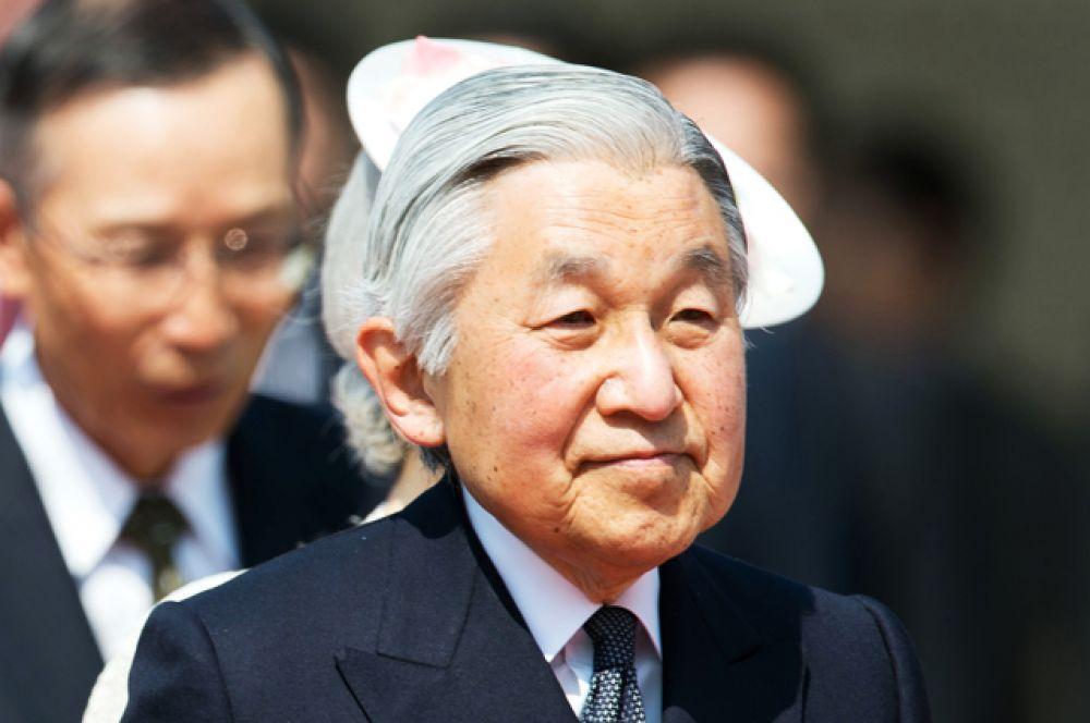 Его Императорское Величество Император Японии Акихито является единственным в мире правящим императором. В 1959 году наследный принц нарушил многовековые традиции, женившись на Митико Сёде, старшей дочери президента крупной мукомольной компании, хотя членам императорской семьи предписывалось выбирать себе жён исключительно аристократического происхождения.