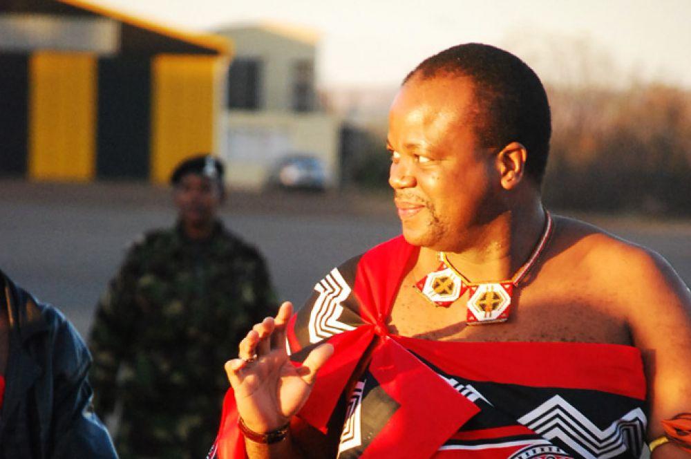 Король Свазиленда Мсвати III является последним абсолютным монархом в Африке, поскольку политических партий в Свазиленде нет. У короля 15 жён и 25 детей.