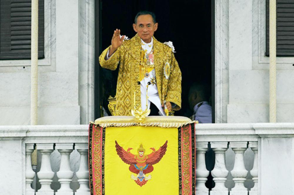 Его величество Король Таиланда Пхумипон Адульядет является королём с 1946 года. Рама IX известен своим увлечением фотографией, и даже разработал объектив для фотоаппарата. На банкноте 1000 бат изображен с фотоаппаратом Canon в руках.