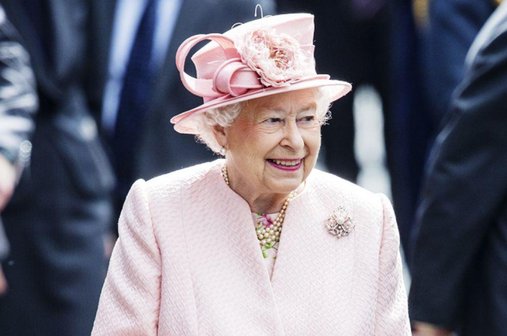Британская королевская семья является, пожалуй, самой популярной в мире. Ее величество Елизавета II взошла на престол в 1952 году в возрасте двадцати пяти лет, после кончины своего отца, короля Георга VI. Она является самым долгоправящим монархом за всю историю Великобритании. Увлекается разведением собак, фотографией, верховой ездой и путешествиями.
