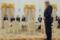 Государственный секретарь США Джон Керри перед началом встречи в Москве с президентом РФ Владимиром Путиным.