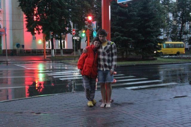 Кемерово полил путешественников ливнем. Обувь Марины промокла, и Владимир отдал ей свою, резиновую. Часть пути из 26 тыс. км уже в прошлом, впереди ещё два месяца странствий.