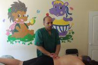 Карл Молнар не только делает массж детям, но и предполагает, какие болезни могут быть у пациента.