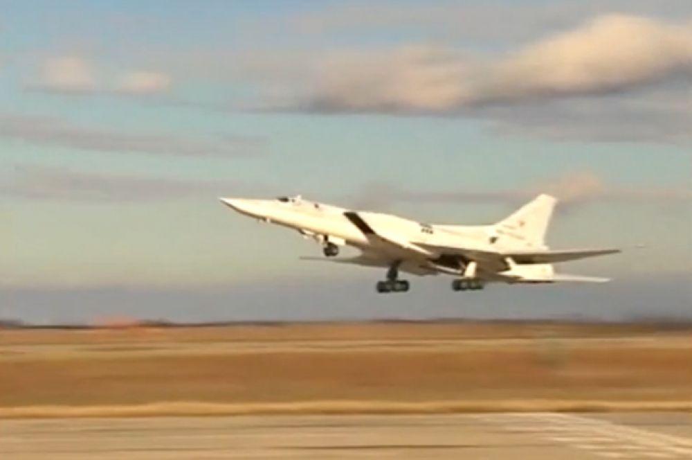 Дальний сверхзвуковой бомбардировщик-ракетоносец Ту-22 М3 во время взлета с авиабазы для нанесения авиаудара по вновь выявленным объектам террористов ИГ в районах Пальмиры.