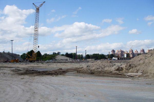 В августе 2007 года Валентина Матвиенко сообщила, что футбольный клуб «Зенит» должен сыграть на стадионе свой первый матч в марте 2009 года. Но в апреле 2008 года президент ФК «Зенит» Александр Дюков заявил, что арена не будет сдана в эксплуатацию раньше 2010-го.