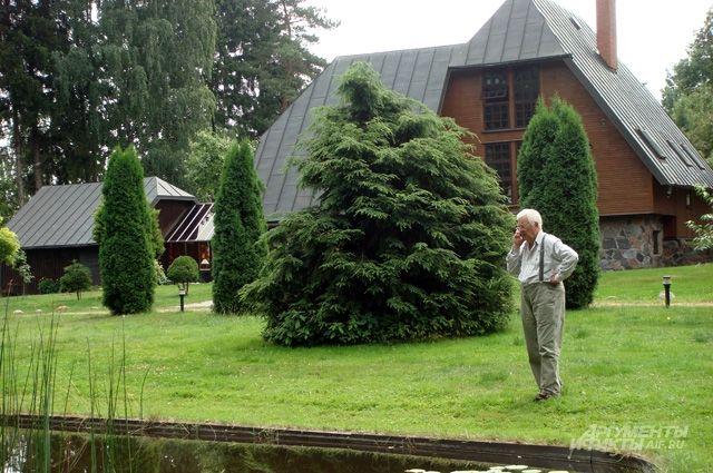 Дом строился из подручных средств: валунов, валявшихся тогда повсюду, дерева, если что-то удавалось достать.