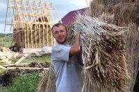 Михаил Собакин в с. Непряхино Чебаркульского района строит дом  из соломы и глины.
