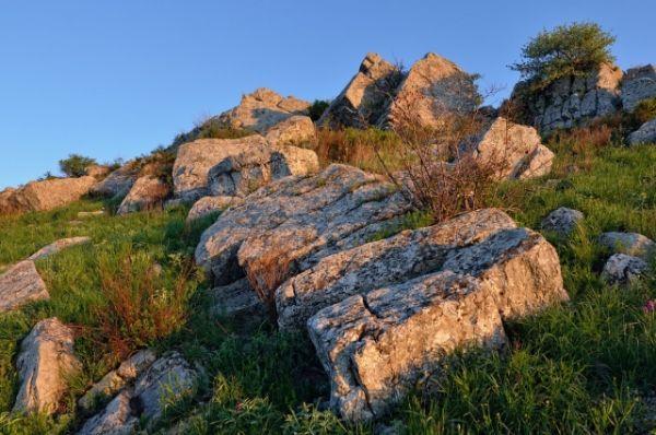 Камни в рассветных лучах очень красивы.