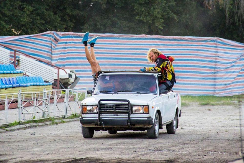 Когда в машине акробаты...