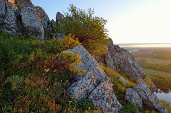 Как только солнце взошло повыше, я начал спускаться вниз, чтоб прогуляться по склону и пофотать камни в рассветных лучах.