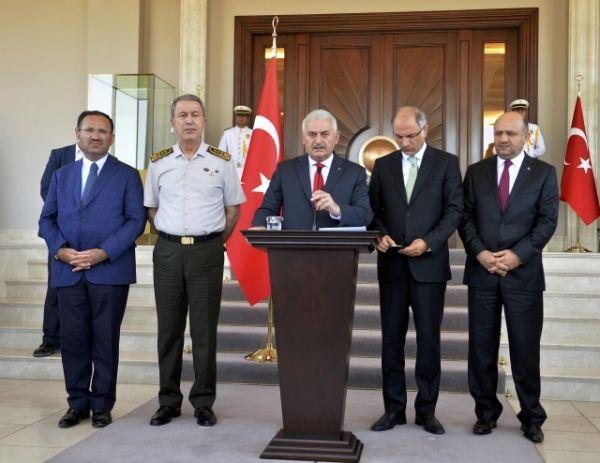 Премьер-министр Турции Йылдырым выступает на пресс-конференции в Анкаре.