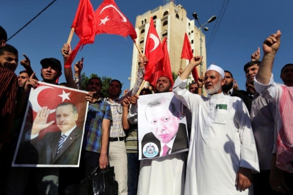 Палестинцы принимают участие в митинге в поддержку правительства президента Турции Эрдогана.