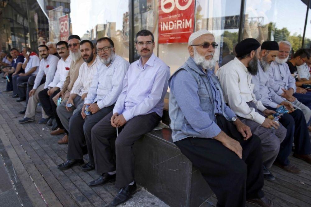 Люди продолжают сидеть на улицах Анкары после призыва президента Эрдогана поддержать действующее правительство.