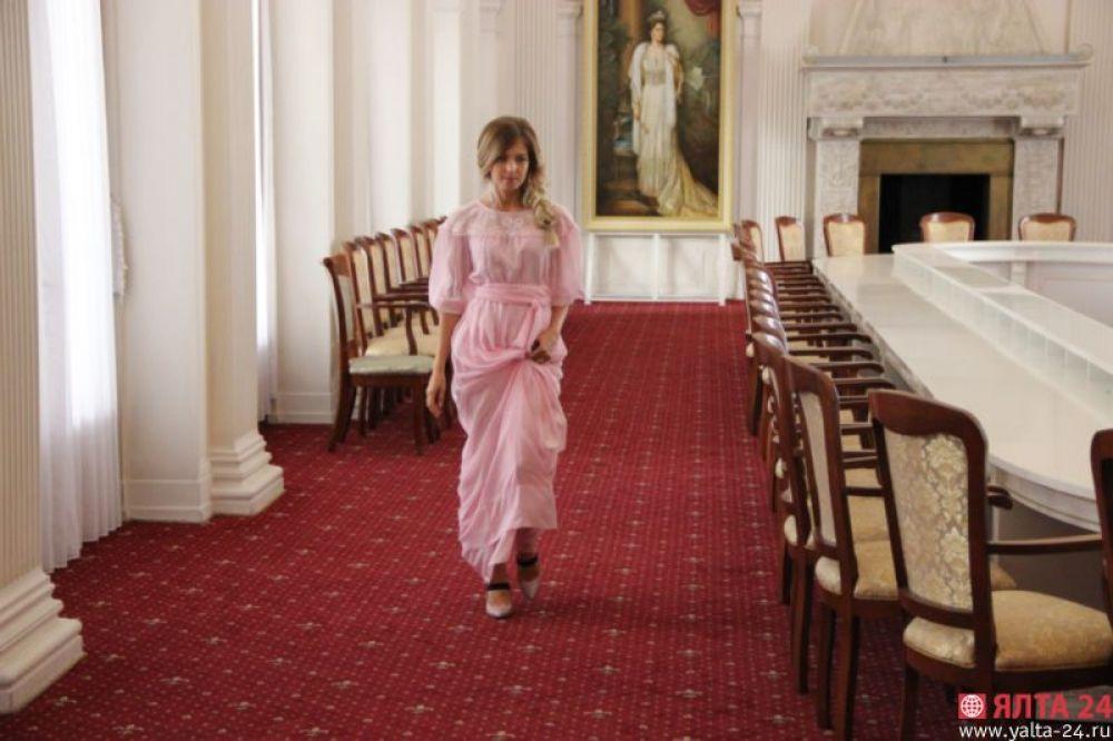 И снова неожиданный образ. 12 июля она приезжает в Ливадийский дворец дарить портрет всех членов семьи императора Николая II. В воздушном розовом платье в пол Поклонская напоминает диснеевскую принцессу Рапунцель.