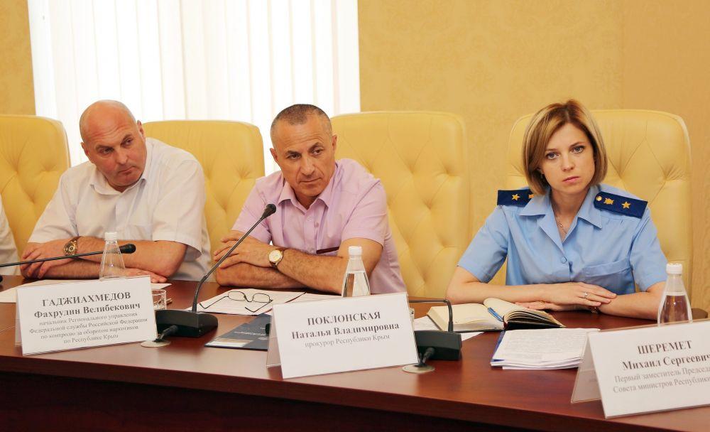 Летом 2015 года глава надзорного ведомства Крыма практически не экспериментирует с внешностью, ...