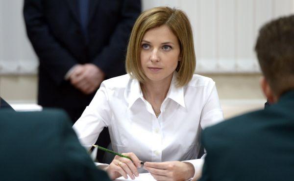 Для встречи с президентом России Владимиром Путиным в Кремле Поклонская выбирает беспроигрышную классику – белый верх, темный низ. Август 2015 года.
