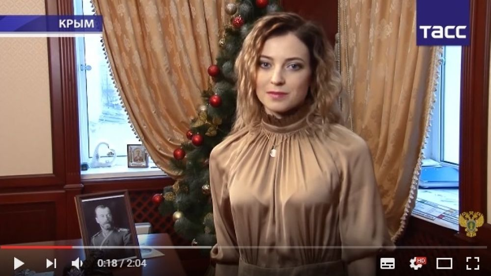 А вот с Новым 2015-м годом она поздравила всех россиян в вечернем платье и с локонами.