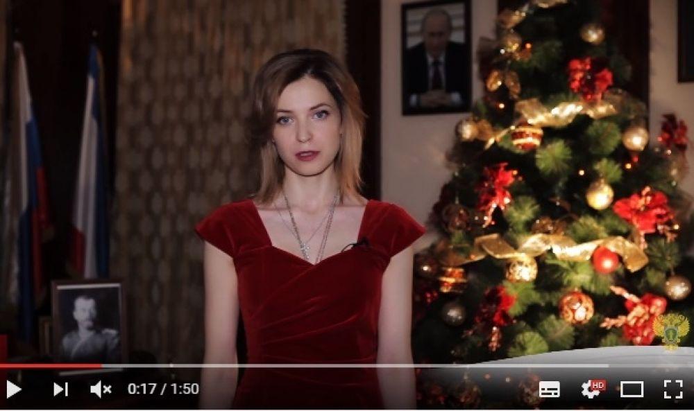 Традиционное новогоднее поздравление. На этот раз она останавливает свой выбор на бархатном вечернем платье красного цвета.