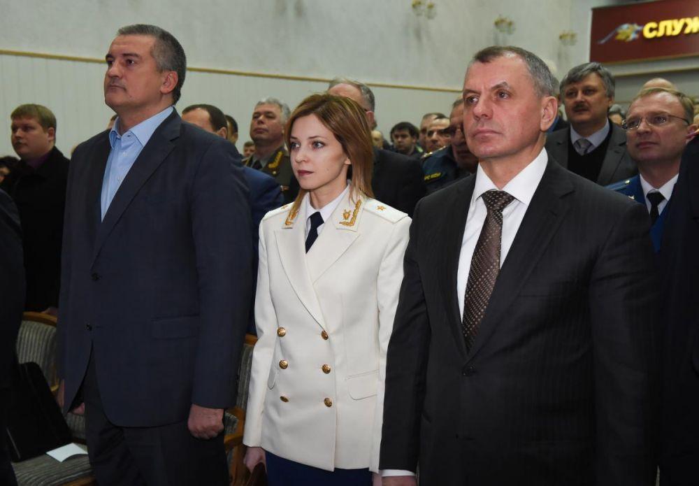 День работника прокуратуры РФ знаменуется первым появлением Поклонской в парадном генеральском кителе (12 января 2016 года).