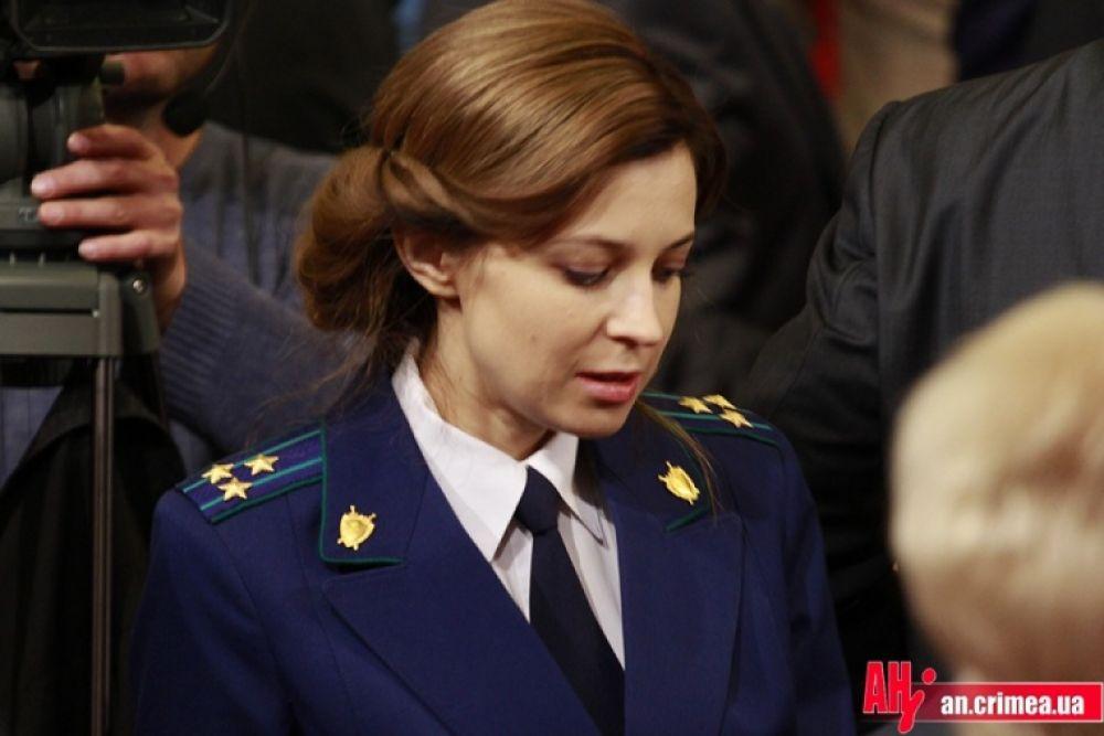 Октябрь 2014 года. Неожиданно для всех Наталья Владимировна становится шатенкой. С новой прической вместо всегда распущенных волос она появляется на очередном заседании Госсовета РК.