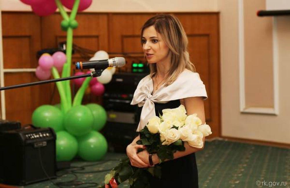 Нарядное черно-белое платье и букет роз, подаренный крымским премьером в честь 8-го марта.