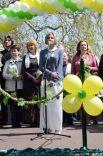 День благотворительности и милосердия «Белый цветок» в Ялте. Длинное белое платье и серая кофта.