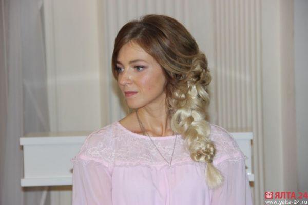 Тем более, что романтический образ дополняет белая вплетенная коса.