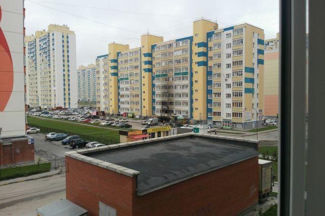 На фасаде дома видно, какие квартиры пострадали.