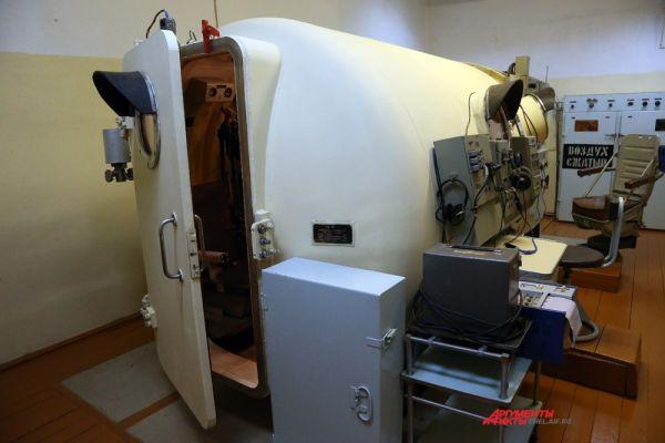 Испытание в барокамере проводится с целью изучения реакции организма на пониженное содержание кислорода во вдыхаемом воздухе.