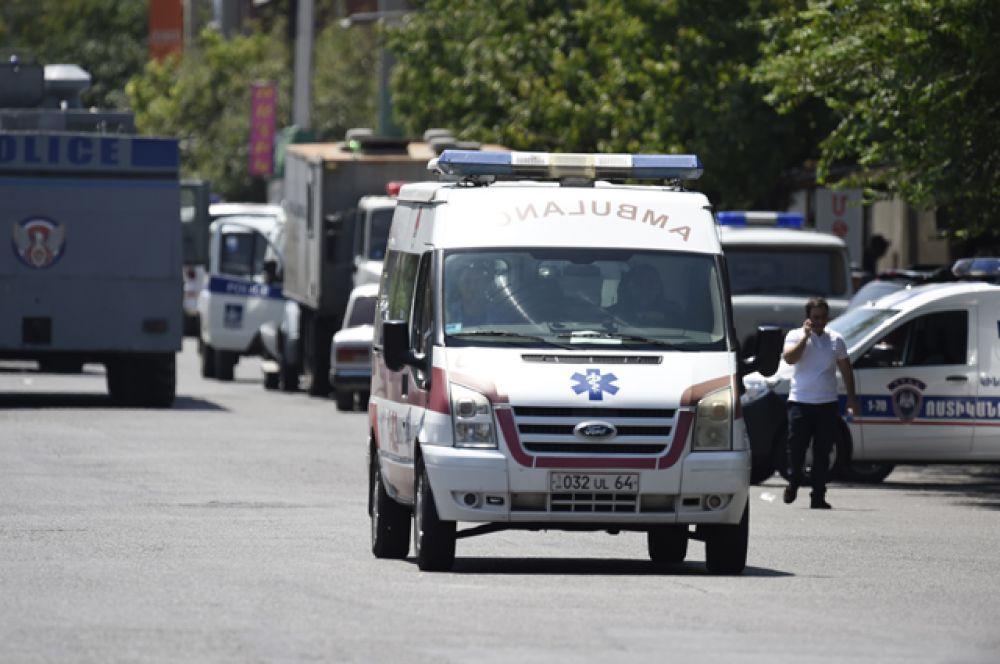 Полицейские и служба скорой помощи у захваченного здания отделения полиции в районе Эребуни на окраине Еревана.