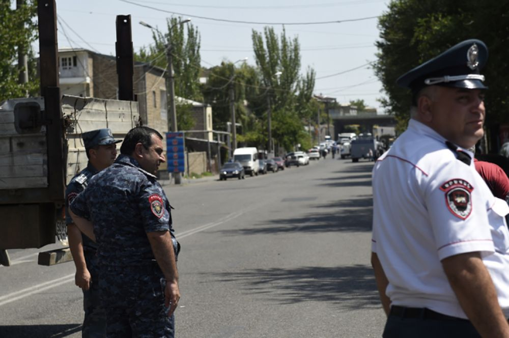В данный момент силовые службы Армении ведут с захватчиками переговоры, призывая их сдаться и освободить занятое здание.